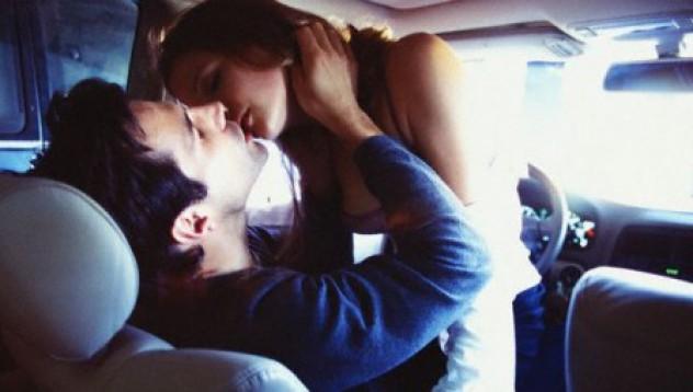 Китайци падат в пропаст, докато правят секс в колата си