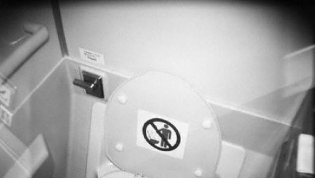 Тоалетна във влак засмука ръката на пътник