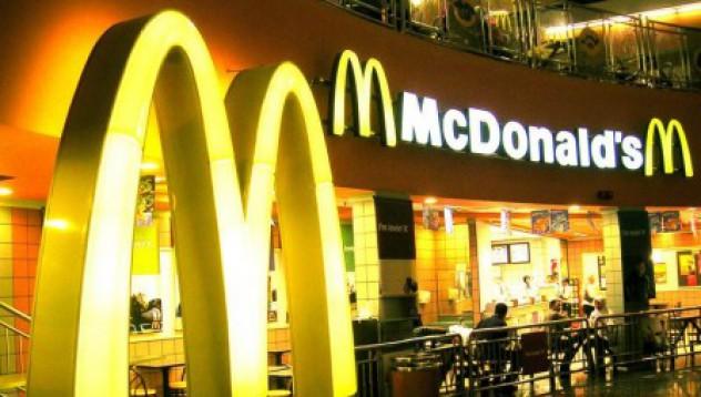 Съдят McDonald's за голи снимки