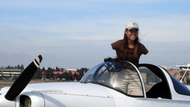 Момиче без ръце взе книжка за пилот