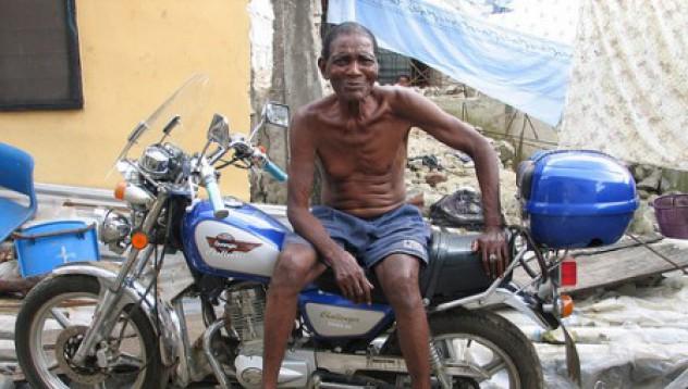 Нигерийските мотористи носят тикви вместо каски