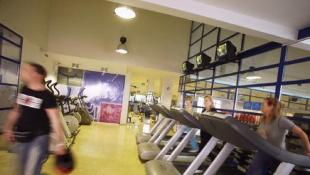 Фитнес инструктор дебелее, за да подобри работата си