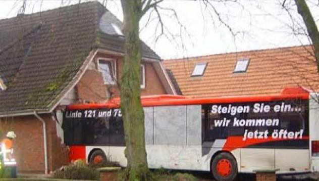 Рейс влиза в къща