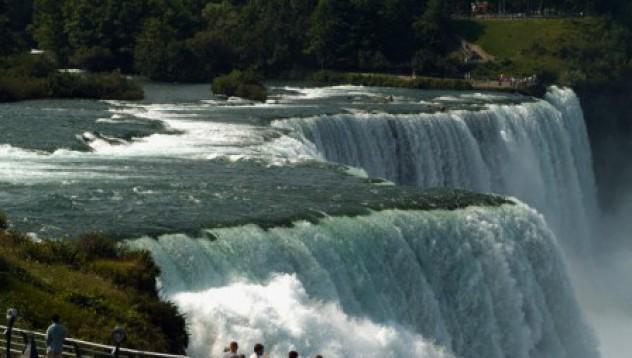 Мъж оцеля след скок в Ниагарския водопад