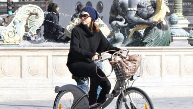 Джесика Алба си кара колелото в Париж