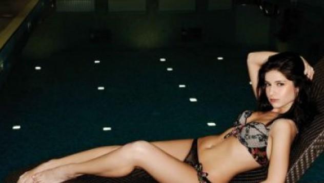 20 красавици си свалиха дрехите за FHM