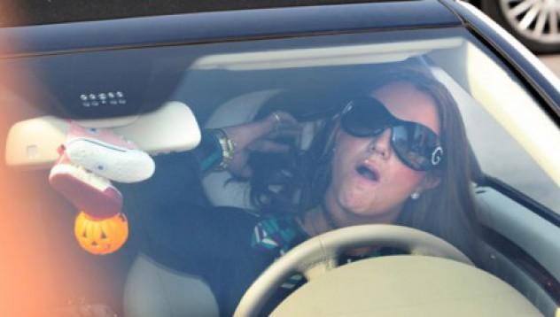 Какво правят хората, докато шофират?