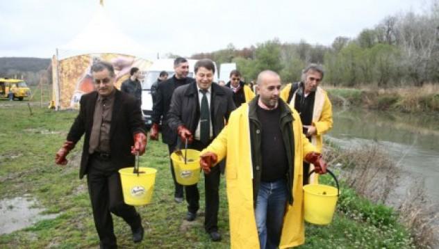Двеста килограма риба бяха пуснати в река Камчия край Варна