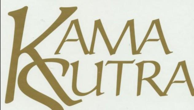 Двойка се заклещи докато пробва поза от Кама Сутра