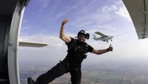 Канадец скочи от летящ самолет