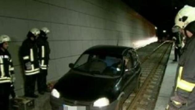 Кола се движи в тунел на немско метро