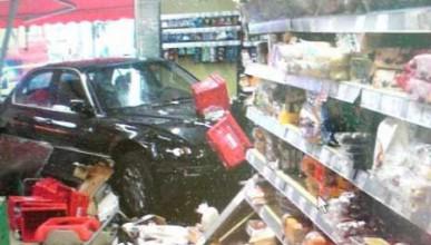 Мерцедес влиза в супермаркет