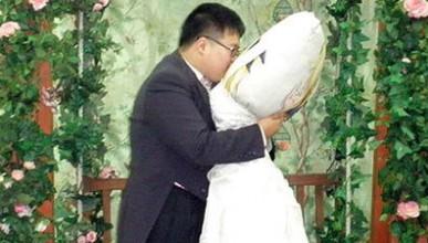 Мъж се жени за възглавницата си