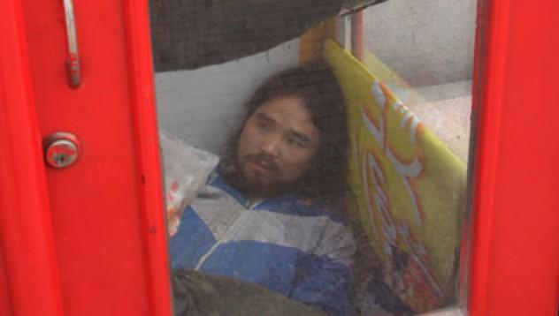 Мъж живее в телефонна кабина