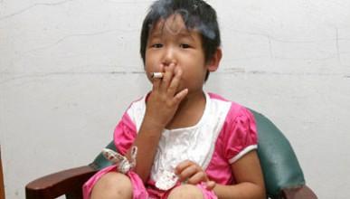 3-годишна пикла пуши и пие