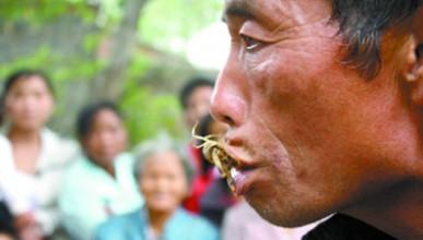 Мъж яде скорпиони