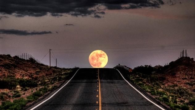 Огромна луна