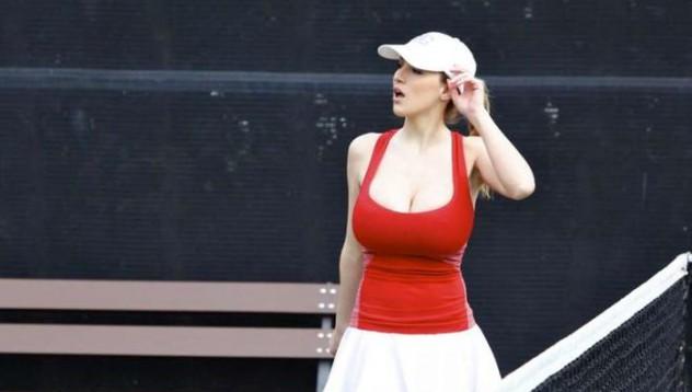 Тя играе тенис!