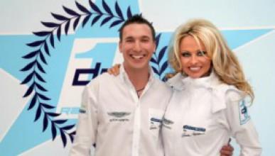Памела Андерсън прави автомобилен отбор