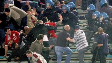 Сблъсък между футболни фенове