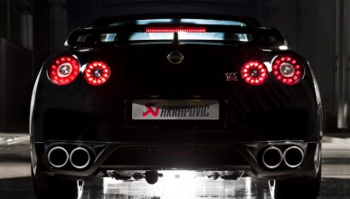 Nissan GT-R срещу Hawker Hunter