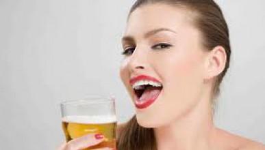 Тя пие бира