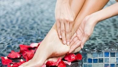Жена изпитва оргазъм от краката си
