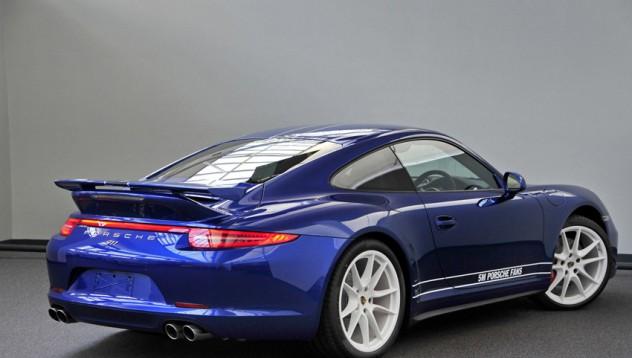 Porsche посиня в чест на Facebook