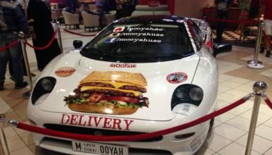 Суперавтомобил доставя храна