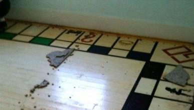 Човек откри интересна игра под килима
