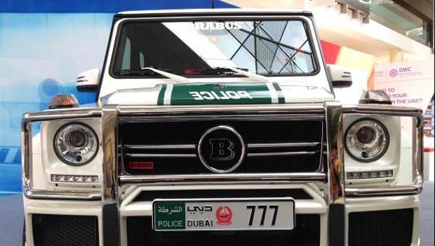 Дубайската полиция представи автопарка си