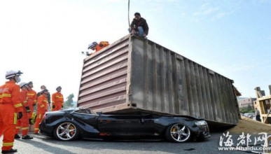 Audi пострада от контейнер