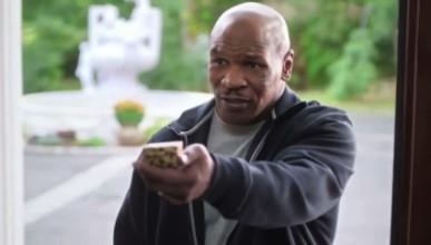 Майк Тайсън върна на Холифийлд отхапаното ухо... в реклама (видео)