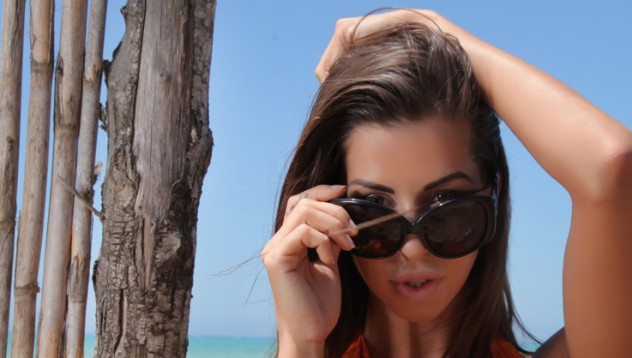 Лаура те чака на плажа