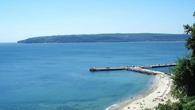 Варна, морето, сивите вълни и кифлите
