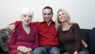 Човекът, който живее с три пъти по-възрастна жена (18+)