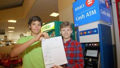 Момчета хакнаха банкомат в междучасието