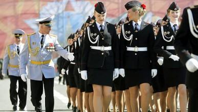Русия забрани късите поли за жените-полицаи