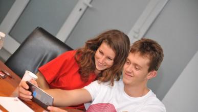 Младежи от приемни семейства се учат на интернет грамотност
