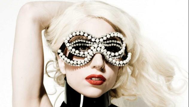 Гага флашва служителите зад сцената