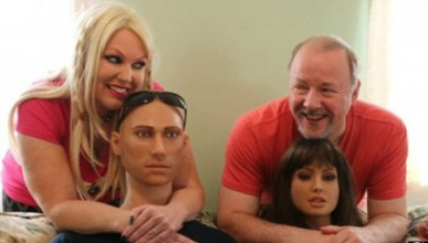 Семейство участва в оргии с кукли за 32 000 долара (18+)