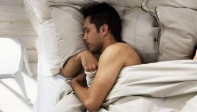 Мъж се събуди до непознат в леглото