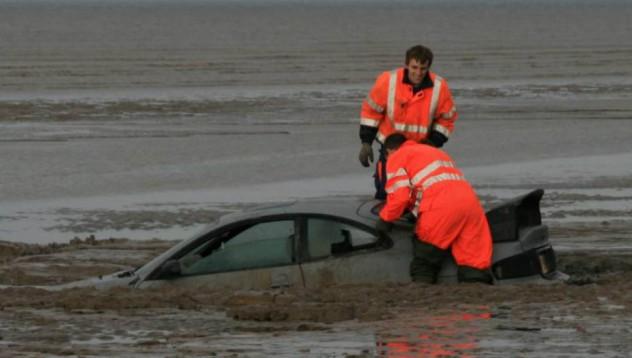 Човек се опита да измие колата си в океана