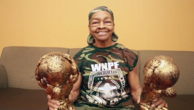 Баба спечели състезание по вдигане на тежести