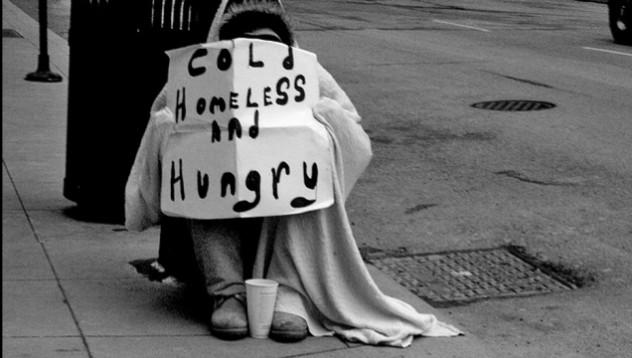 Бездомник даде последните си 3 паунда на жена за такси