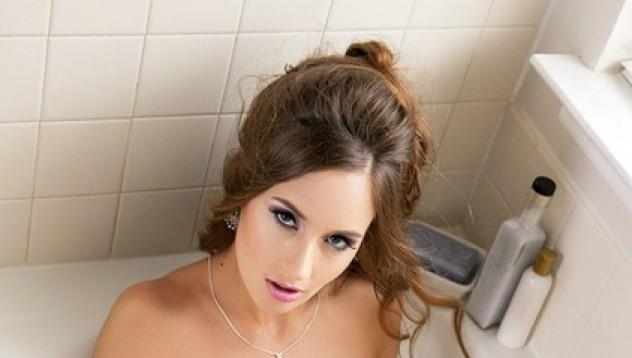 Кайли Морган се топли във ваната