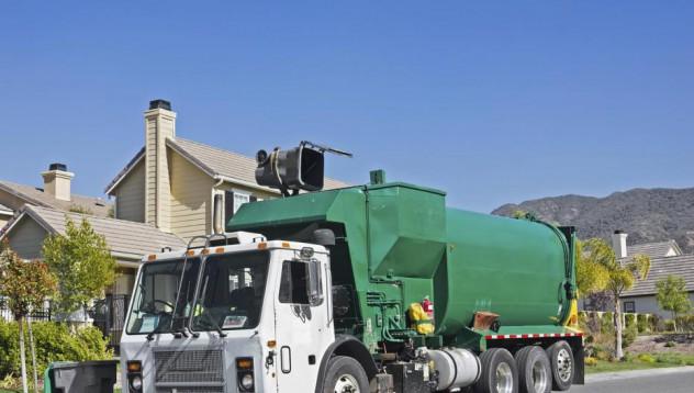 Човек прекара три часа в камион за боклук