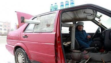 Китайка инсталира печка на дърва в автомобила си