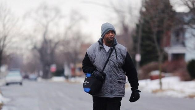 Той извървява по 33 километра, за да отиде на работа