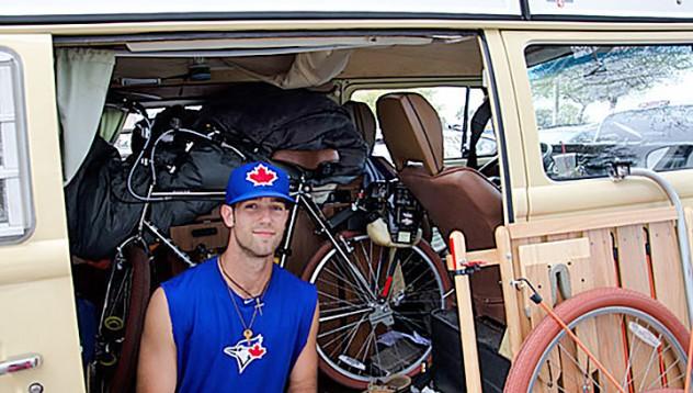 Бейзболист милионер живее във Volskwagen-а си